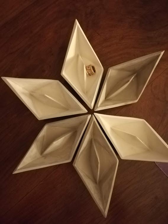 Gioielli in barchetta di gesso di Emanuela Scannavini, Cross Limits Contemporary Art Exhibit